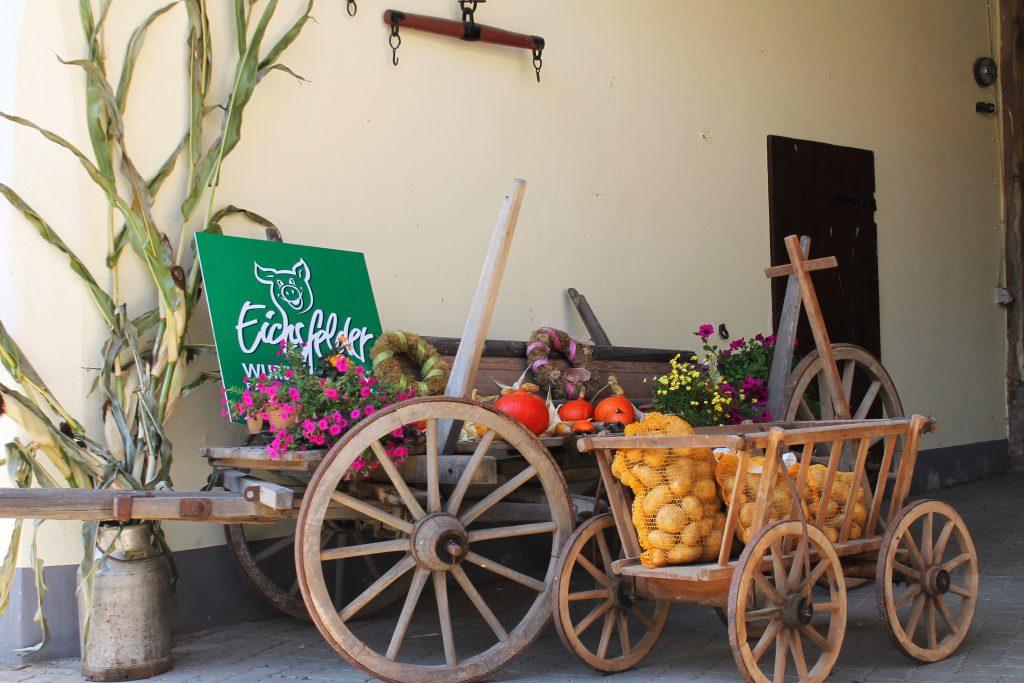 Landidylle: Bollerwagen vor dem Hofladen Kracht