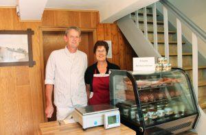 Herr Kracht und Frau Grünewald im Hofladen